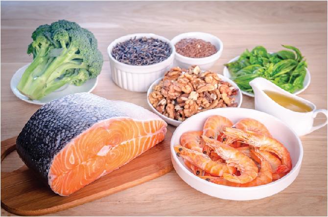 Omega-3 có nhiều trong các loại cá nước lạnh, các loại hạt và rau lá xanh thẫm…