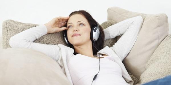 Theo các chuyên gia, nghe nhạc, nhất là nhạc cổ điển, khi mang thai không chỉ giúp mẹ và bé cùng thư giãn mà còn giúp kích thích sự phát triển não của thai nhi, giúp bé thông minh hơn và vui vẻ hơn