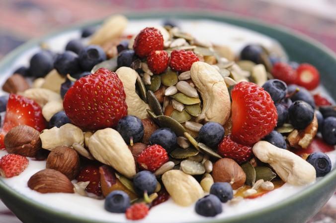 Mẹ bầu có thể dùng ngũ cốc và các loại hạt thay cho bữa ăn chính và bữa phụ trong ngày. (Ảnh minh hoạ)