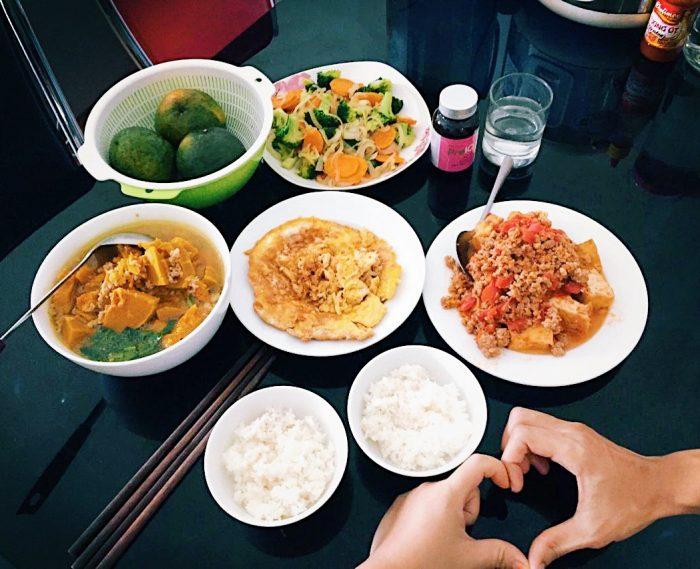Thực đơn giàu Vitamin A: Canh bí đỏ thịt - Đậu phụ sốt thịt băm cà chua - Trứng rán óc - Súp lơ xanh xào cà rốt, hành tây - Cam tráng miệng.