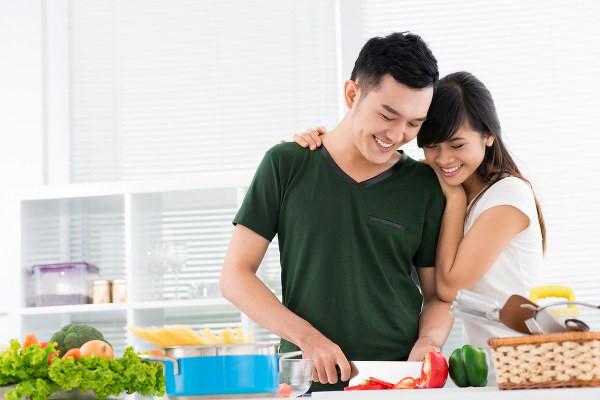 Hạnh phúc vợ bầu là khi chồng xắn tay làm bếp.