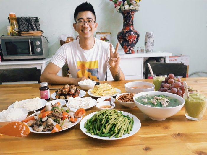 Thực đơn thịnh soạn 10 món: Canh cải ngọt thịt - Nấm rơm xào thịt - Đậu đũa luộc - Đậu phụ luộc - Lạc rang - Khoai tây rán - Thịt xiên nướng - Nho tráng miệng - Sinh tố bơ tráng miệng.