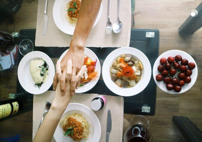 Thực đơn toàn các món Âu giàu dinh dưỡng: Mỳ Ý sốt bò băm - Bò Mỹ lúc lắc - Cá hồi nướng phomai - Salad mayonaise - Cherry trángmiệng.